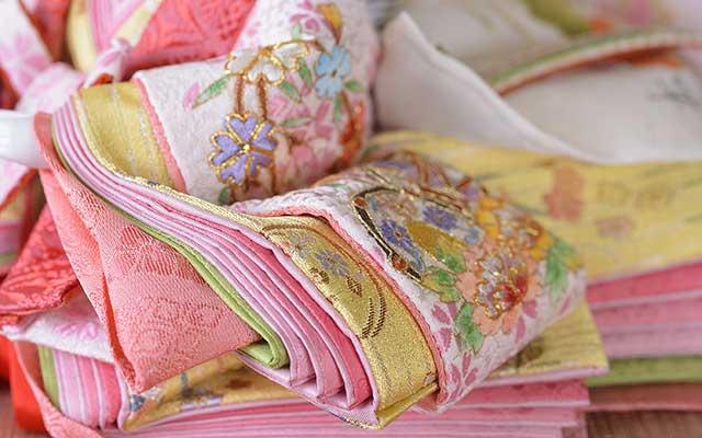 春の桜、日本のシンボル菊、高貴な牡丹の花々の豪華な刺繍です