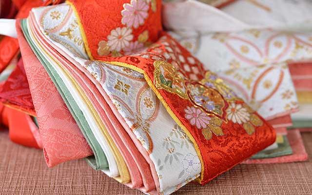 菊、藤、もみじなど季節の花が刺繍され日本の四季の美が感じられます