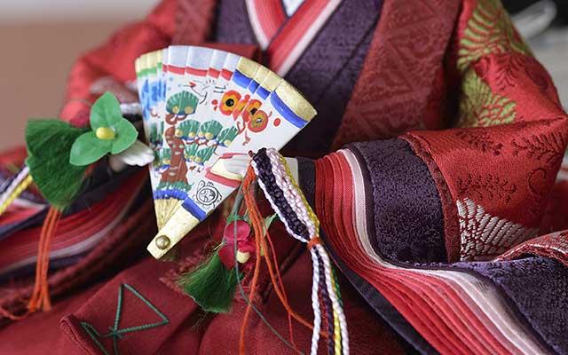 衿や袖は表裏二枚の生地を使用、美しい広がりをみせています。木彫りの手、手描き扇
