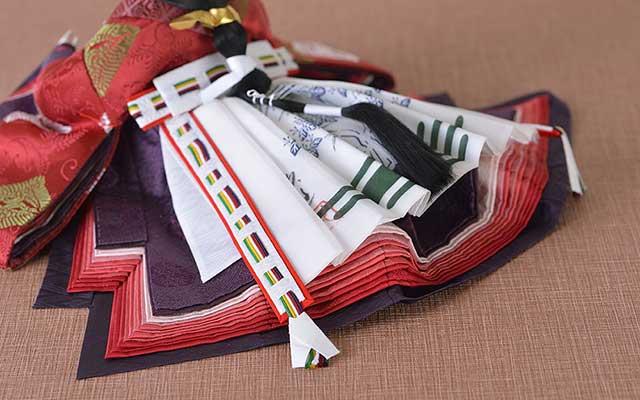 十二単衣のように六枚の布を裁断し縫い合わせ。重ね色目のグラデーションは伝統美です