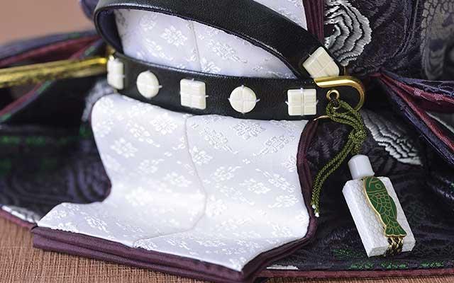 魚袋とは束帯に用いる装飾品。革のベルトに石(正式にはメノウや翡翠、象牙)をあしらい、格を表す