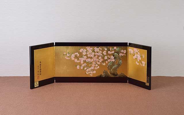 金沢箔を押した屏風に手描桜蒔絵を描き春らしく華やかな屏風です。(内閣総理大臣賞受賞)
